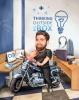 Карикатура мъж с мотор в офис